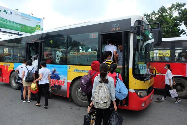 Những chuyến xe buýt di chyển vào nội thành luôn trong tình trạng chật cứng hành khách. Ảnh: Định Nguyễn