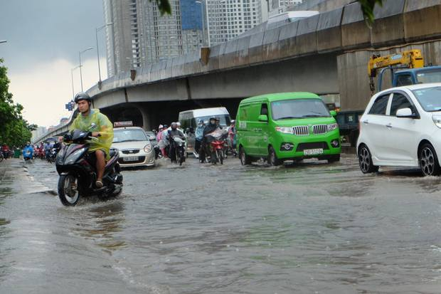 Người dân từ các tỉnh đổ về Thủ đô chật vật di chuyển trong mưa lớn sau kì nghỉ lễ kéo dài - Ảnh 6.
