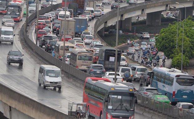 Đường vanh đai 3 trên cao bắt đầu ùn ứ từ nút giao Giải Phóng tới lối thoát cao tốc tại Khuất Duy Tiến - Nguyễn Trãi. Ảnh: Phương Thảo