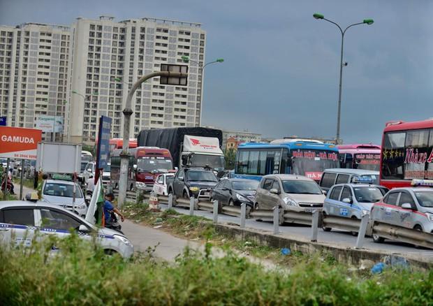 Trên cao tốc các phương tiện xếp hàng dài nối đuôi nhau di chuyển khá chậm. Ảnh: Phương Thảo