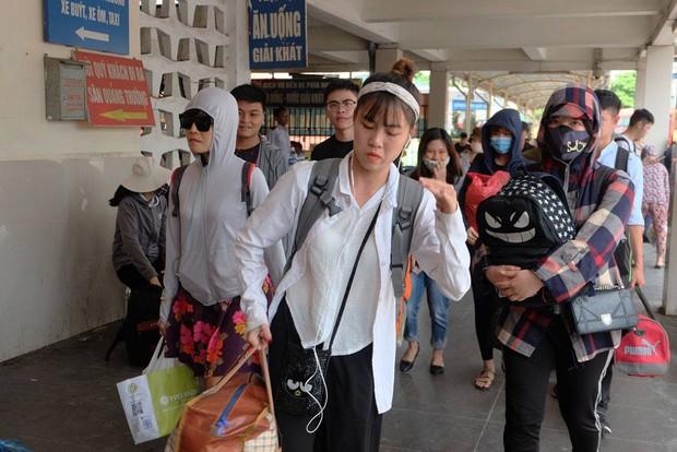 Nhiều bạn trẻ xách theo đồ đạc từ quê lên, hối hả di chuyển ra điểm chờ xe buýt. Ảnh: Định Nguyễn