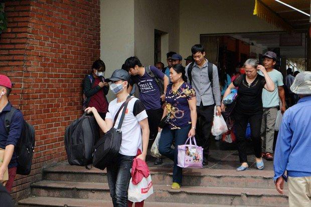Kết thúc kỳ nghỉ lễ, người dân lỉnh kỉnh đồ đạc, mang theo trẻ nhỏ ùn ùn trở lại Hà Nội và Sài Gòn - Ảnh 2.