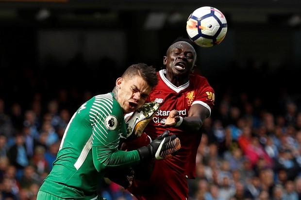 Thủ môn Man City cười tươi, không bị tổn thương não sau va chạm nguy hiểm - Ảnh 3.