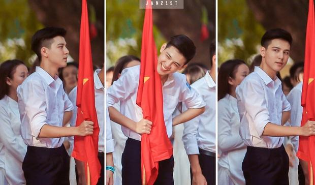 Nam sinh lớp 10 khiến các cô gái đòi link bằng được vì cầm cờ thôi mà cũng quá đẹp trai! - Ảnh 1.