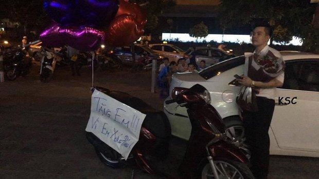 Chồng nhà người ta mang xe SH tặng vợ giữa chung cư, còn viết bảng Vì em xứng đáng - Ảnh 1.