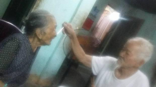 Chuyện tình 70 năm đẹp như giấc mơ của cụ ông trong bức hình tự tay cắt tóc cho vợ - Ảnh 4.