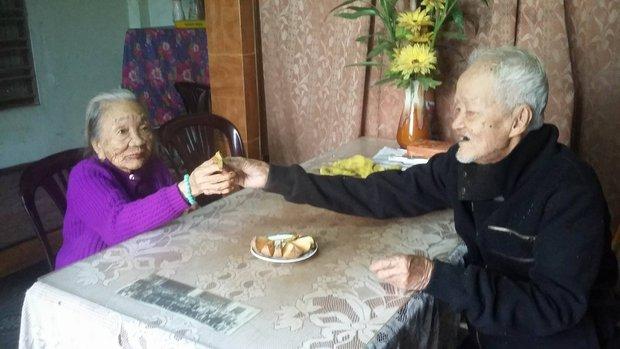 Chuyện tình 70 năm đẹp như giấc mơ của cụ ông trong bức hình tự tay cắt tóc cho vợ - Ảnh 3.