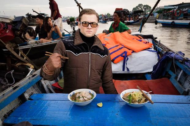 Ảnh vui: Dàn sao Kingsman 2 đến Việt Nam vừa làm nhiệm vụ, vừa xơi bún riêu, đi chơi sông nước - Ảnh 3.