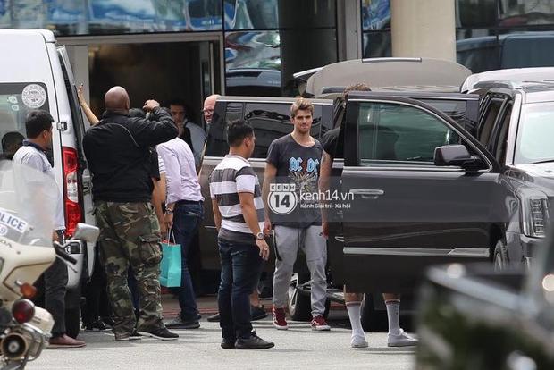 Độc quyền: The Chainsmokers được Phillip đón ngay tại chân chuyên cơ ở Tân Sơn Nhất, thân thiện vẫy tay chào fan Việt - Ảnh 4.
