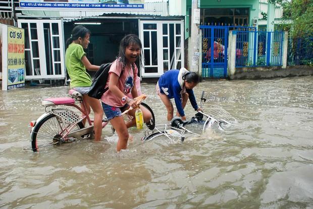 """Gần 3km đường biến thành sông vì triều cường, ô tô """"quật"""" trẻ em té ngã giữa dòng nước ở Sài Gòn - Ảnh 16."""