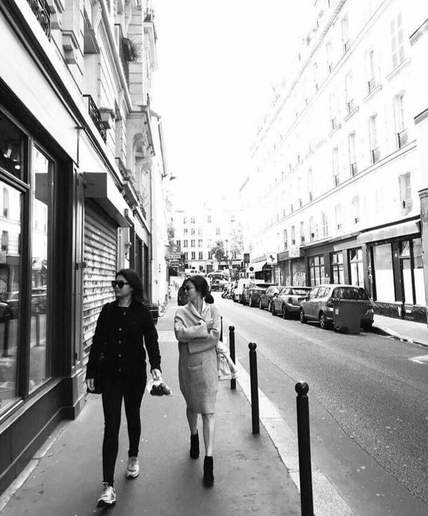 Song Hye Kyo khoe ảnh dáng thon tại Paris, fan đoán Song Joong Ki hớn hở bên cạnh chính là người chụp - Ảnh 2.