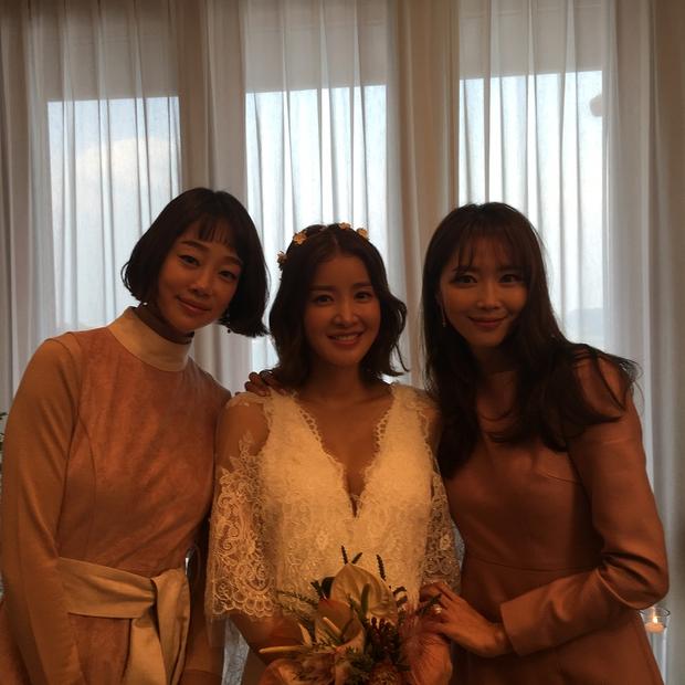 Đám cưới nữ diễn viên Vườn sao băng: Cô dâu chú rể đẹp như minh tinh trong đám cưới thần thánh - Ảnh 6.