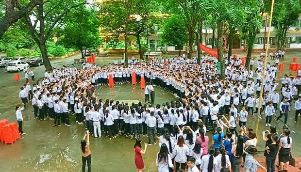 Thêm 1 chuyện Sống tử tế được gì?: Thầy Hiệu trưởng chuyển công tác, hàng trăm HS ở Ninh Bình xếp hàng khóc - Ảnh 7.
