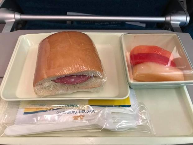 Chất lượng bữa ăn nhẹ của Vietnam Airlines và cách chê bai gây tranh cãi của một hành khách - Ảnh 2.