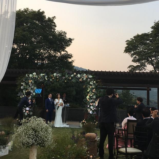 Đám cưới nữ diễn viên Vườn sao băng: Cô dâu chú rể đẹp như minh tinh trong đám cưới thần thánh - Ảnh 8.