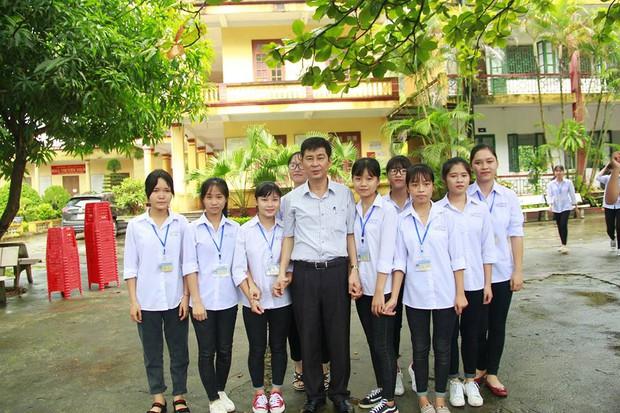 Thêm 1 chuyện Sống tử tế được gì?: Thầy Hiệu trưởng chuyển công tác, hàng trăm HS ở Ninh Bình xếp hàng khóc - Ảnh 6.