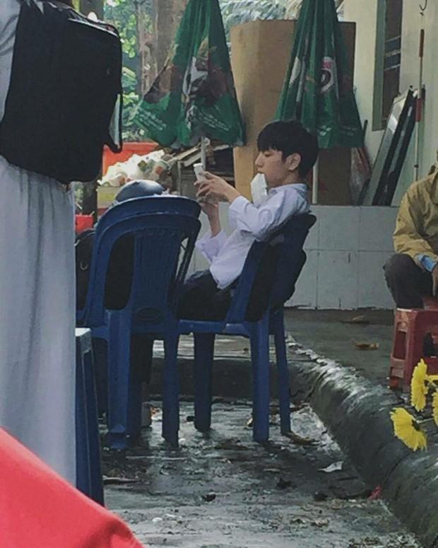 Nam sinh bất ngờ nổi tiếng vì ảnh chụp lén quá giống Sơn Tùng - Ảnh 1.