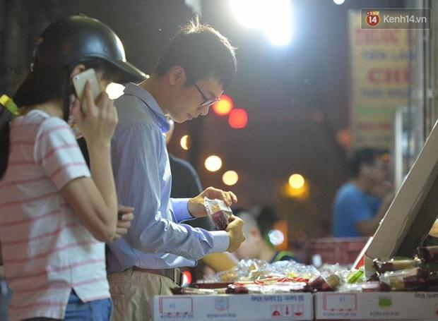 Bánh trung thu đại hạ giá hút khách, người dân xếp hàng mua, xe cộ để tràn lòng đường - Ảnh 11.