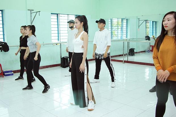 Đông Nhi ăn vội trong phòng tập, hứa hẹn thể hiện vũ đạo cực khó nhưng đẹp mắt tại Asia Song Festival 2017 - Ảnh 9.