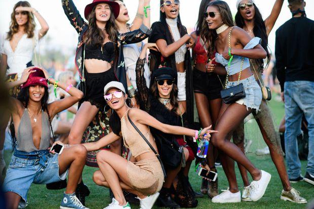 Selena Gomez và The Weeknd được Vogue chọn là cặp đôi mặc đẹp nhất Coachella 2017 - Ảnh 24.