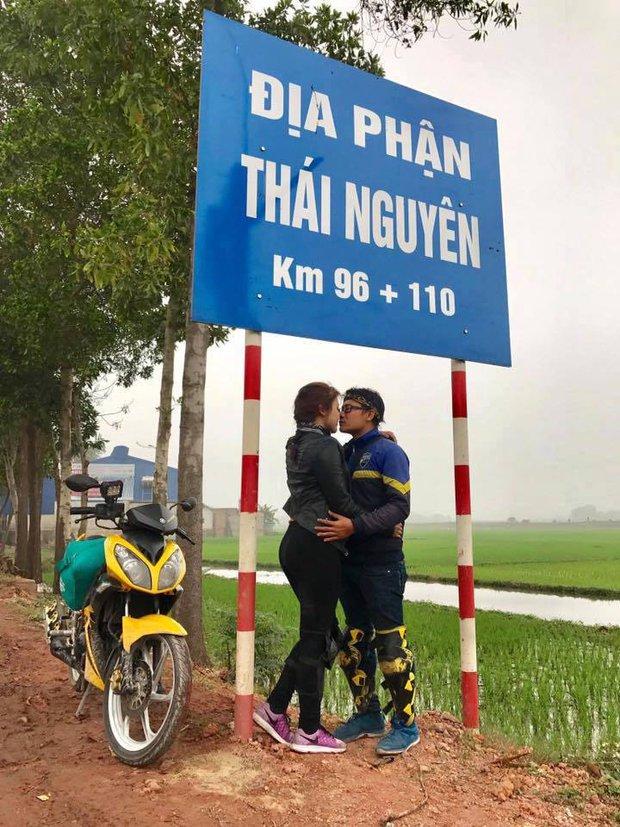 Cặp đôi hôn nhau trên từng cây số: Đi xuyên Việt, đến đâu cũng chỉ chụp đúng 1 kiểu ảnh - Ảnh 2.