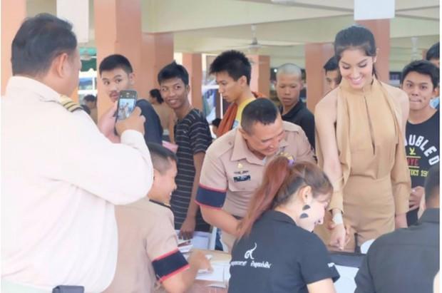Hoa hậu Chuyển giới Thái Lan thu hút sự chú ý khi đi khám nghĩa vụ quân sự - Ảnh 3.