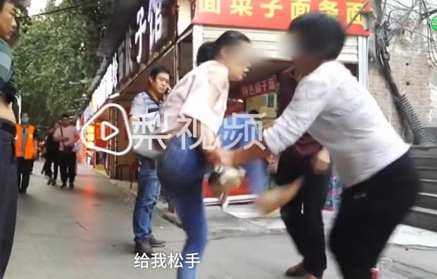 Bất chấp mọi lời can ngăn, cô gái 19 tuổi liên tục đánh chửi bố mẹ già thậm tệ giữa đường - Ảnh 4.