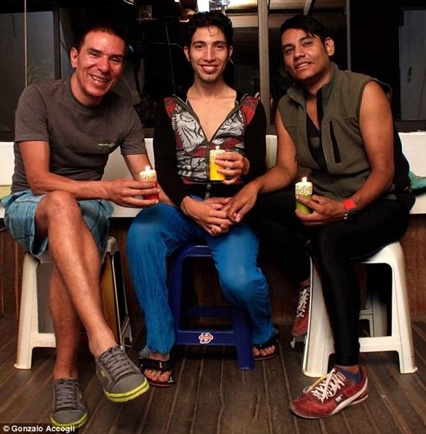3 người đàn ông đồng tính cùng cưới nhau nhưng vẫn chung sống hạnh phúc dưới một mái nhà - Ảnh 1.