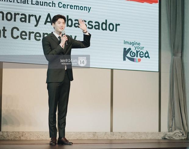 Độc quyền từ Hàn Quốc: Lee Jong Suk điển trai như hoàng tử trong lễ nhậm chức đại sứ du lịch - Ảnh 3.