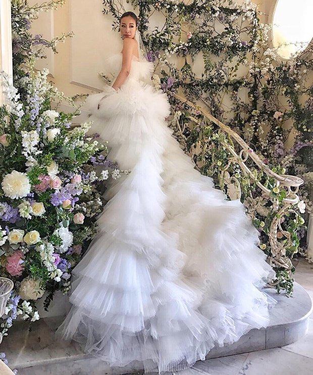 Váy cưới bồng bềnh như mây trắng của fashionista Hong Kong khiến bạn phải thốt lên: Liệu đây có phải mơ? - Ảnh 2.