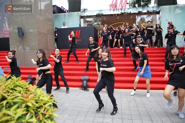 Đội ngũ nhân viên H&M Việt Nam chào sân với tiết mục nhảy tập thể có một không hai trong ngày khai trương - Ảnh 8.