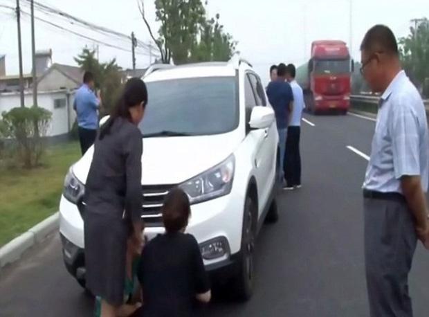 Không đòi được tiền, cặp đôi trẻ leo lên nóc ca-pô của xe hơi đang chạy để... ăn vạ - Ảnh 4.