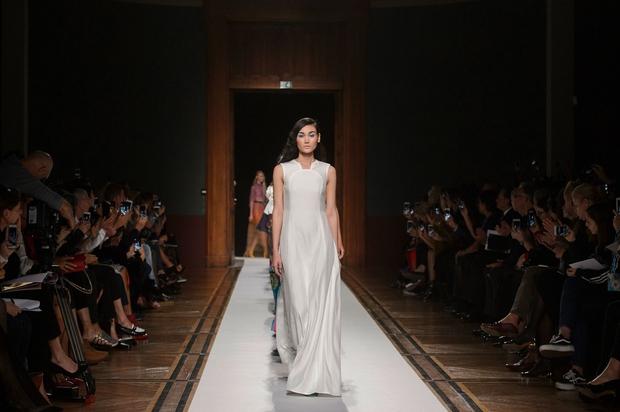 Clip độc quyền: Thùy Trang kết show Talbot Runhof tại Paris Fashion Week, nhận cát xê khủng ngay sau buổi diễn - Ảnh 4.