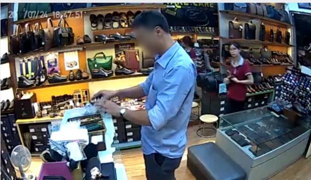 Người đàn ông thản nhiên trộm 3 chiếc ví rồi cùng mẹ đến cửa hàng xin lỗi - Ảnh 1.