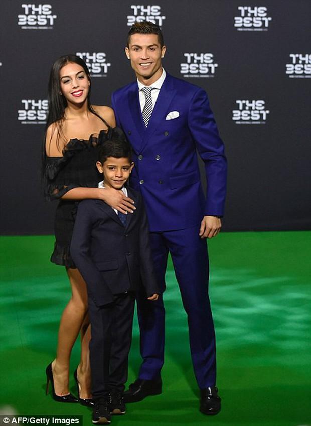 Bạn gái Ronaldo đánh bật nhan sắc sao Hollywood tại Gala FIFA - Ảnh 1.