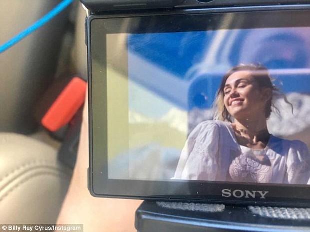 Bố Miley Cyrus bất ngờ khoe ảnh con gái đã làm đám cưới? - Ảnh 1.
