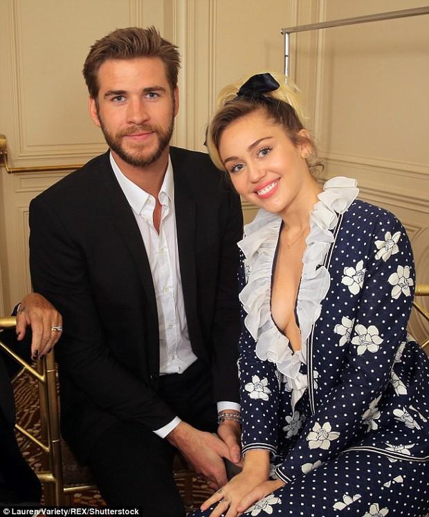 Bố Miley Cyrus bất ngờ khoe ảnh con gái đã làm đám cưới? - Ảnh 2.