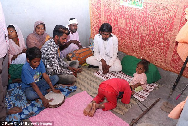 21 tuổi mà chỉ cao 58cm, nam thanh niên được dân làng tôn thờ vì nghĩ đó là hiện thân của thần Hindu - Ảnh 2.