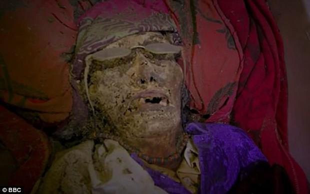 Ngôi làng kỳ lạ có tập tục chung sống cùng nhà với xác chết người thân - Ảnh 1.
