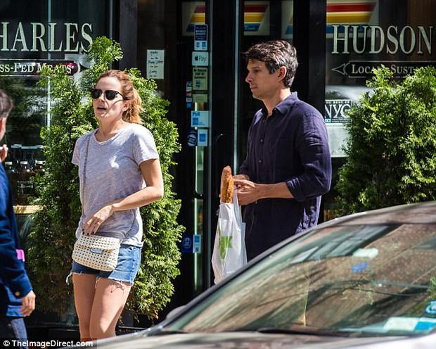 Chỉ cao 1m65, Emma Watson lộ chân ngắn khi hẹn hò bên bạn trai - Ảnh 5.