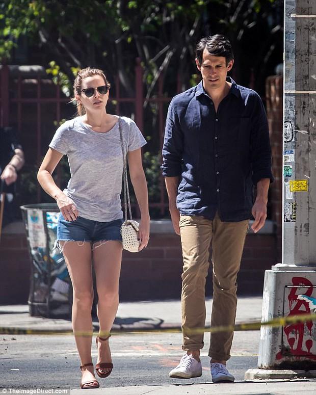 Chỉ cao 1m65, Emma Watson lộ chân ngắn khi hẹn hò bên bạn trai - Ảnh 6.