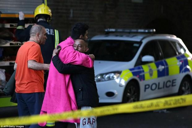 Những hình ảnh ấm áp tình người sau vụ hỏa hoạn kinh hoàng tại tòa tháp 27 tầng ở London - Ảnh 5.