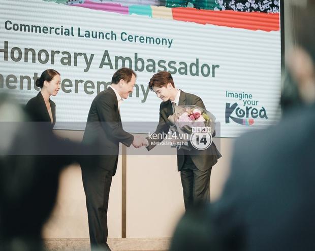 Độc quyền từ Hàn Quốc: Lee Jong Suk điển trai như hoàng tử trong lễ nhậm chức đại sứ du lịch - Ảnh 5.