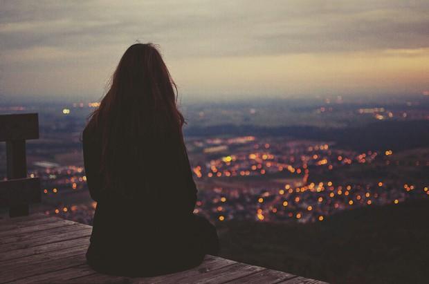 Khi bạn yêu hai người cùng một lúc thì đừng chọn ai cả, để cho họ đi đi - Ảnh 1.