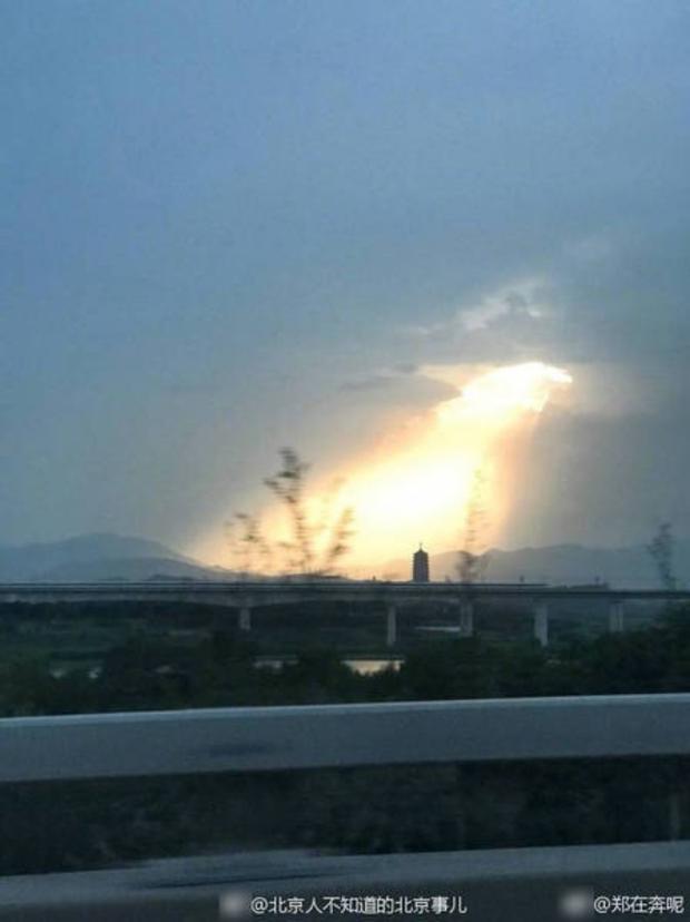 Trung Quốc: Luồng sáng kỳ lạ như thần tiên giáng trần khiến người dân Bắc Kinh xôn xao - Ảnh 4.