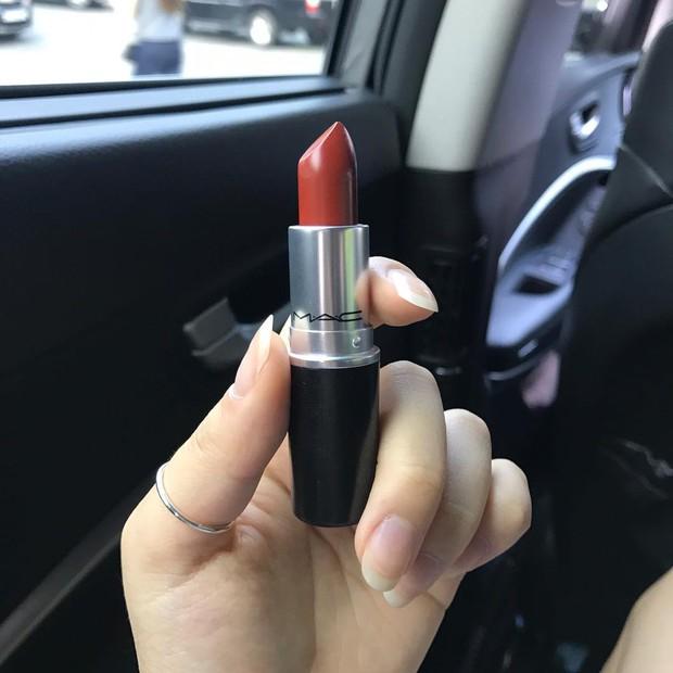 MAC Chili, màu son đỏ tương ớt đẹp mê mẩn cực hợp diện mùa thu đang khiến con gái châu Á đắm đuối - Ảnh 2.
