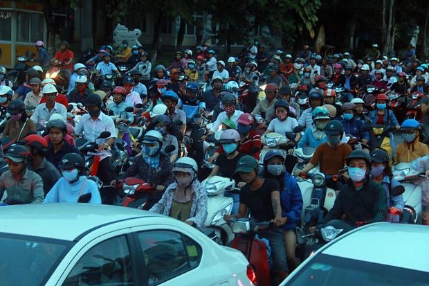 Chùm ảnh: Công trình hầm chui chậm tiến độ, người dân Đà Nẵng mệt mỏi trước cảnh hàng ngàn phương tiện ùn ứ kéo dài - Ảnh 6.
