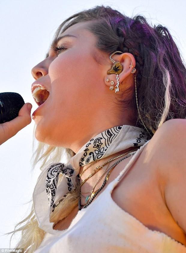 Yêu Liam say đắm, Miley Cyrus đeo cả hoa tai có tên bạn trai - Ảnh 2.