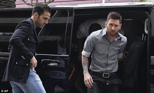 Messi sơ mi đóng thùng đến khai trương shop giày của Antonella và vợ Suarez - Ảnh 3.