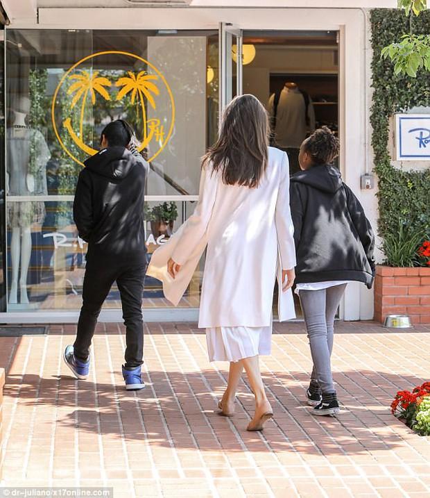 Pax Thiên ra dáng đàn ông, xách đồ giúp mẹ Angelina Jolie và em gái - Ảnh 6.